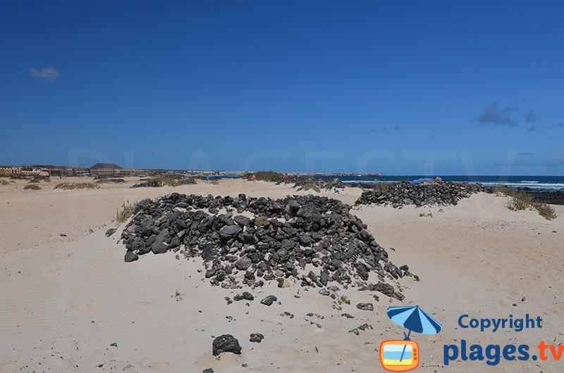 Abri en lave volcanique sur une plage de Fuerteventura pour les naturistes