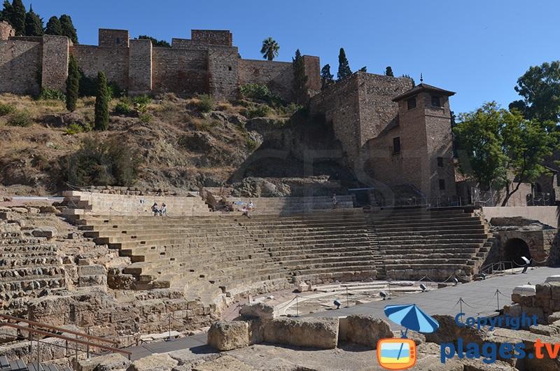 Amphithéâtre romain de Malaga avec l'Alcazaba - Espagne