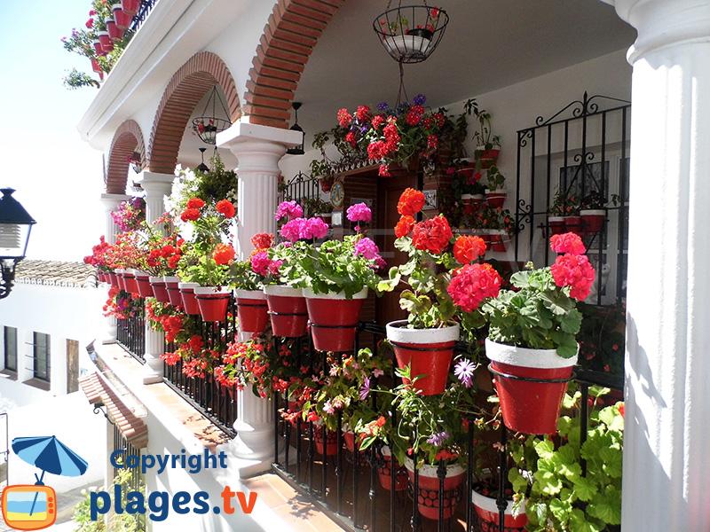 Balcon avec des géraniums à Mijas