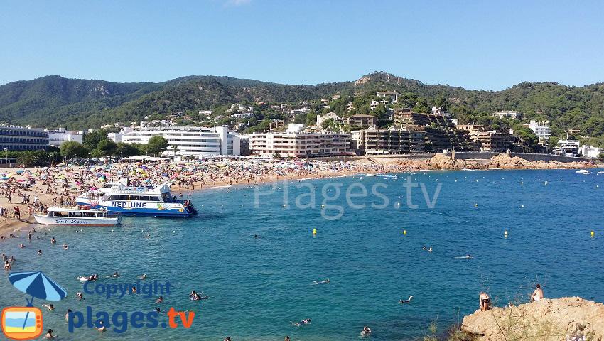 Principale plage de Tossa de Mar avec les bateaux touristiques