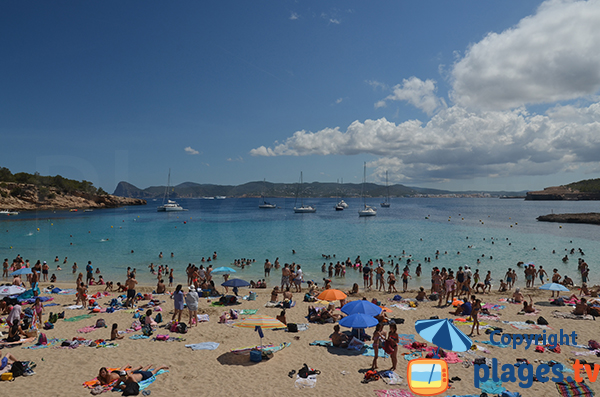 Montagnes vue depuis la plage de Cala Bassa à Ibiza