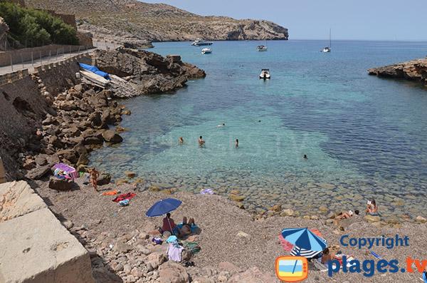 Baignade dans une eau claire à Cala Sant Vicenc - nord de Majorque
