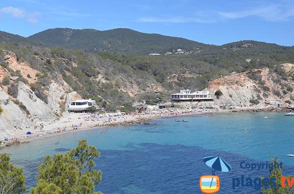 Belle plage à Ibiza en contrebas de falaises - Cala Hort
