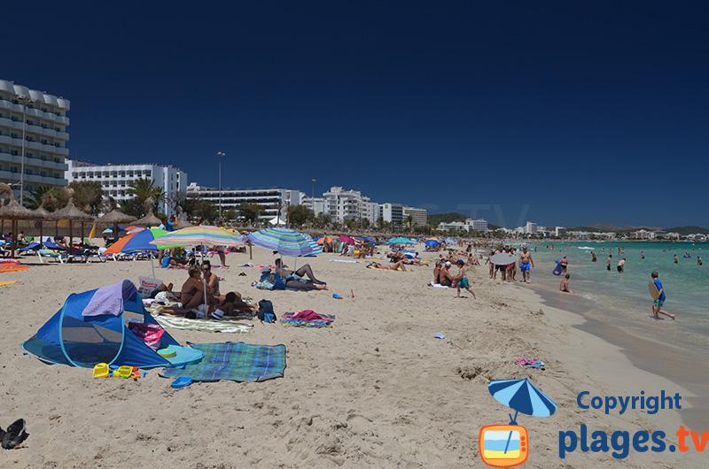 Cala Millor : une plage de sable blanc et une mer turquoise