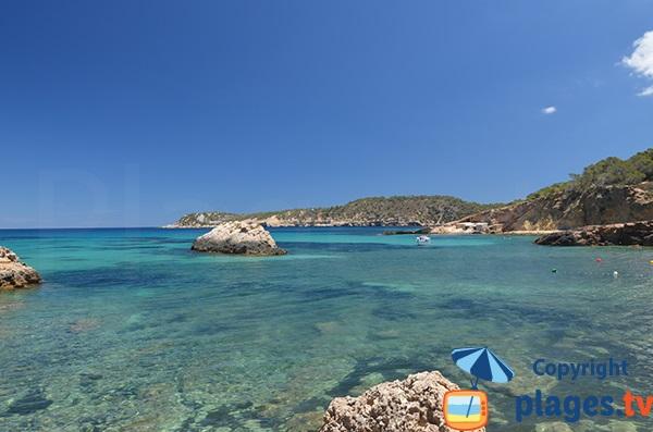 Belle baie dans le nord d'Ibiza