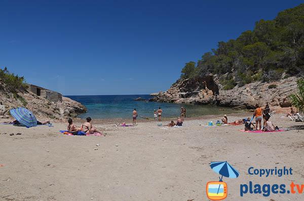 Photo de la plage de la cala Xuclar à Ibiza aux Baléares