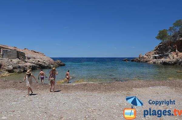 Baignade dans la crique de Xuclar à Ibiza