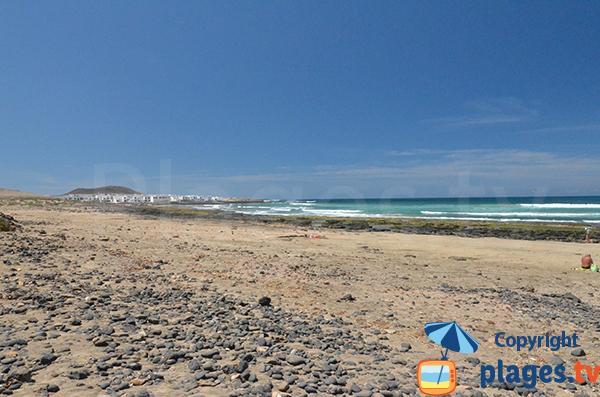 Plage à Famara avec vue sur le village - Lanzarote