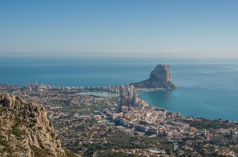 Calpe : la ville vue et les plages depuis le ciel