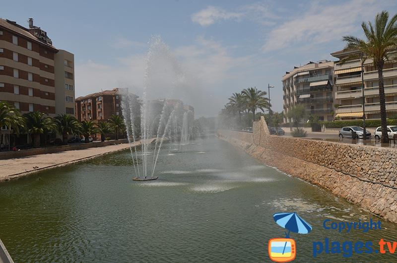 Canal avec un jet d'eau à Calafell