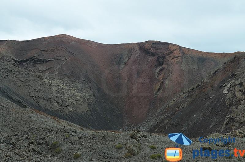 Cratère d'un volcan dans le parc de Timanfaya - Lanzarote