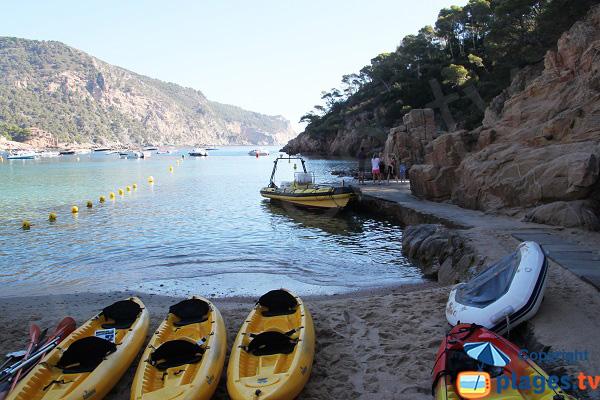 Sports nautiques à Begur dans la crique d'Aigua Blava