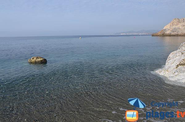 Mer calme de Cantarrijan en Espagne