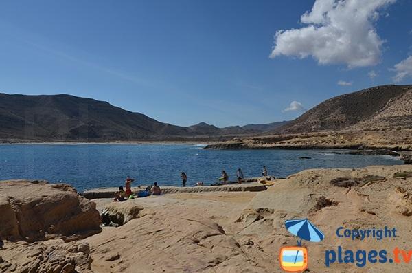 Rochers lisses autour de la cala de Playazo - Rodalquilar en Andalousie