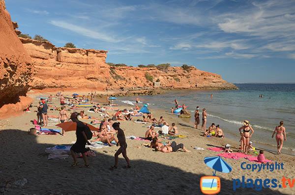 Falaises ocre de la crique Es Bol Nou à Ibiza