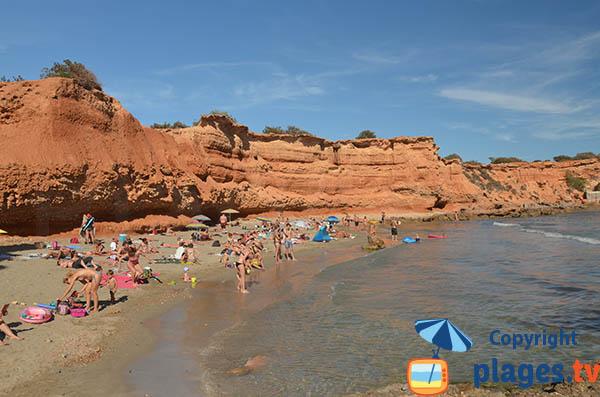 Crique avec des falaises rouges à Ibiza - Sa Caleta