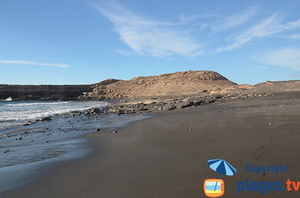Plage avec du sable noir à Fuerteventura - La Pared