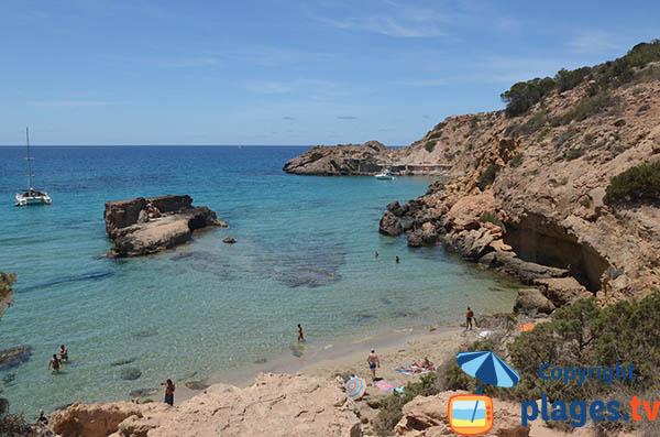 Crique sauvage à Sant Josep de sa Talaia avec du sable fin