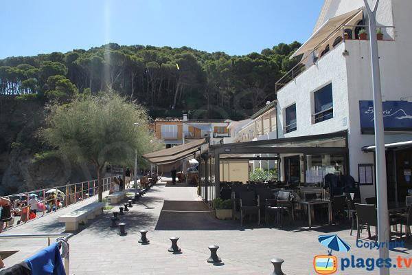 Cafés et restaurants dans la crique de Sa Tuna à Begur