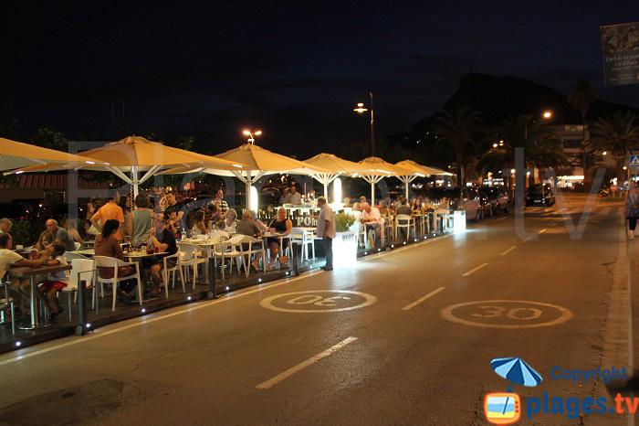 Le bord de mer de l'Estartit en été, le soir, avec ses restaurants