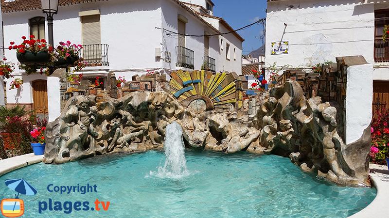 Fontaine en forme de coquille dans la vieille ville d'Estepona