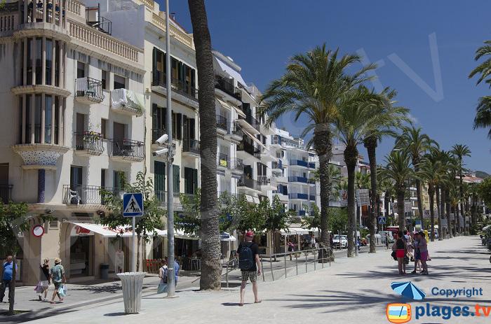 Promenade à Sitges le long de la mer