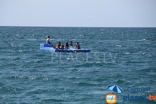 Plateforme dans la mer à Calella pour les enfants