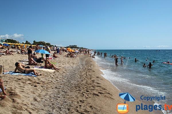 Photo de la grande plage de Calella en Espagne
