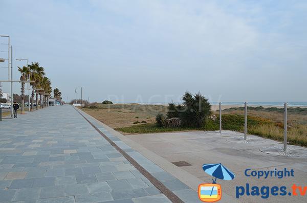 Promenade piétonne le long de la plage de Castelldefels