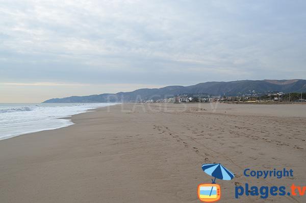Photo de la Grande Plage de Castelldefels en direction du port de Ginesta - Espagne