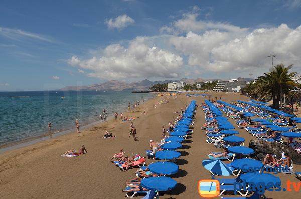 Photo de la grande plage de Puerto del Carmen sur les iles Canaries à Lanzarote