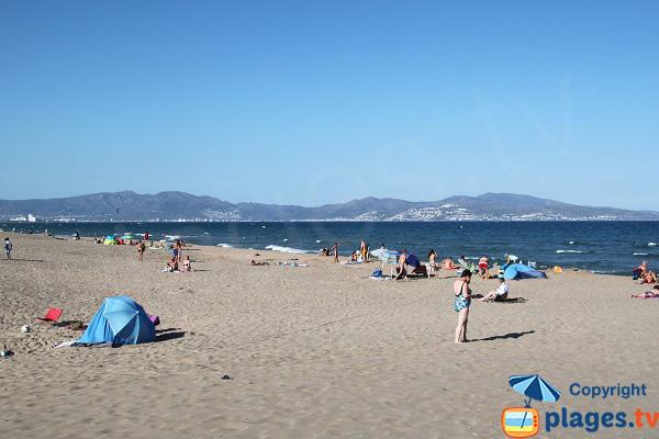 Photo de la grande plage de Sant Pere Pescador en Espagne