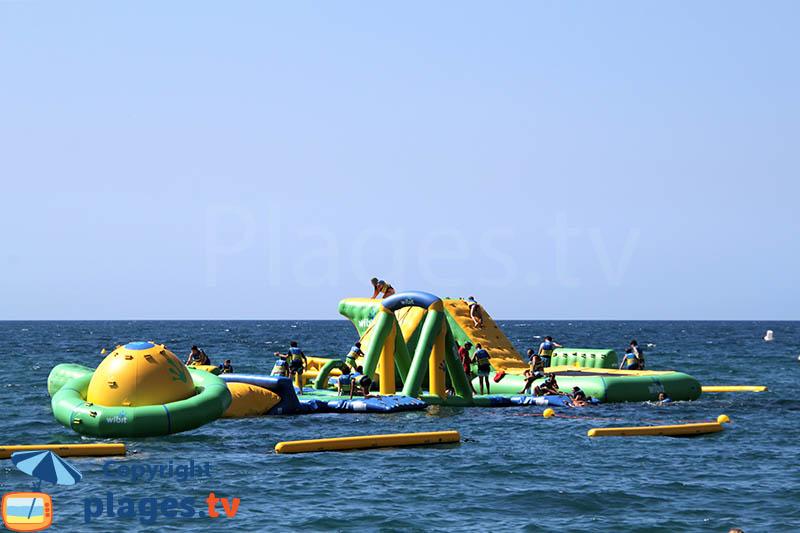 Jeux pour les enfants dans la mer à Pineda de Mar