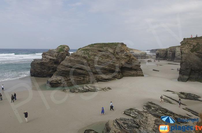 Rochers sur la plage des Cathédrales à marée basse