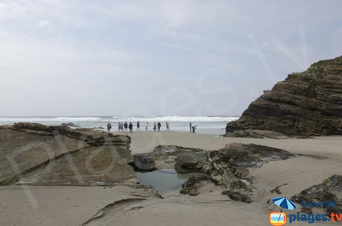 Baignade sur la plage des Cathédrales en Espagne