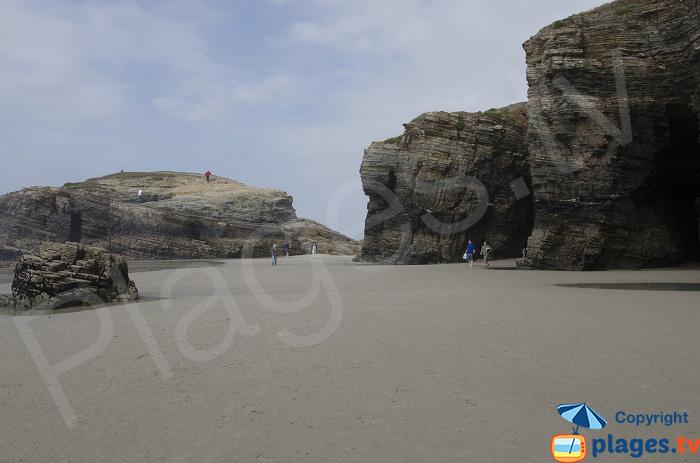 Photo des Cathédrales sur la plage dans le nord de l'Espagne