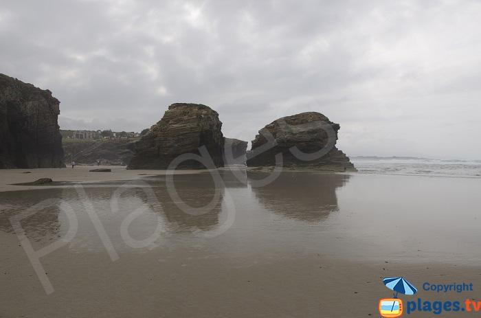 Blocs rocheux sur la plage des Cathédrales en Espagne