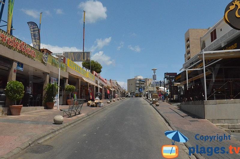 Rue animée de Magaluf en pleine journée