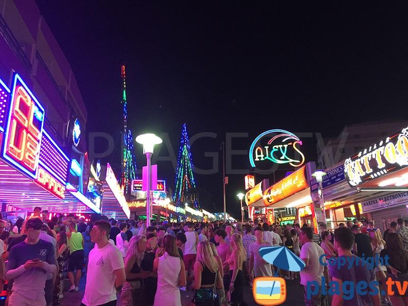 Rue animée de Magaluf à Majorque en été le soir