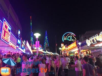 Magaluf le soir dans la rue des bars et discothèques