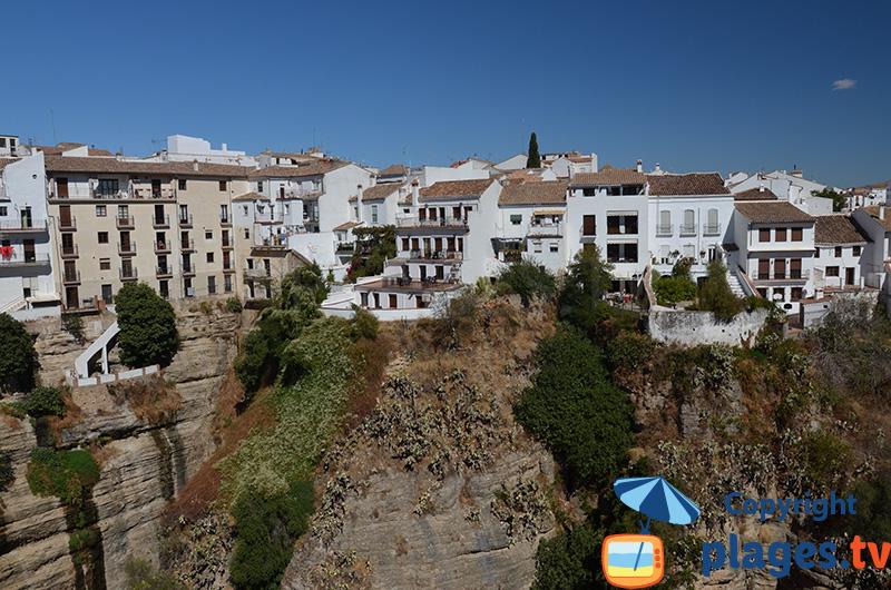 Maisons à flanc de gorge à Ronda