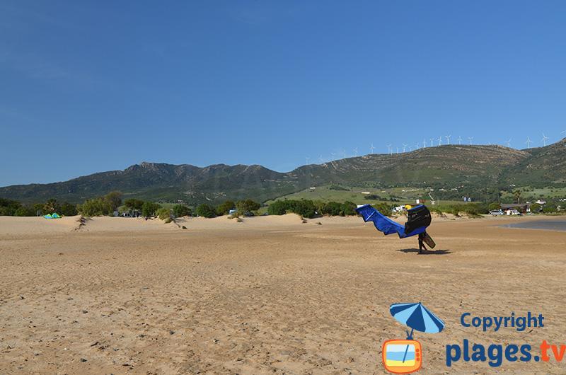 Paysage de Tarifa en Espagne - mer, plage et montagnes
