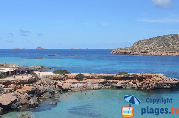 Photo de la piscine naturelle à côté de la plage de Comte à Ibiza