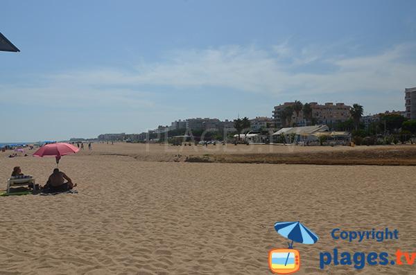 Vue sur la plage avec les hôtels à Malgrat de Mar en Espagne