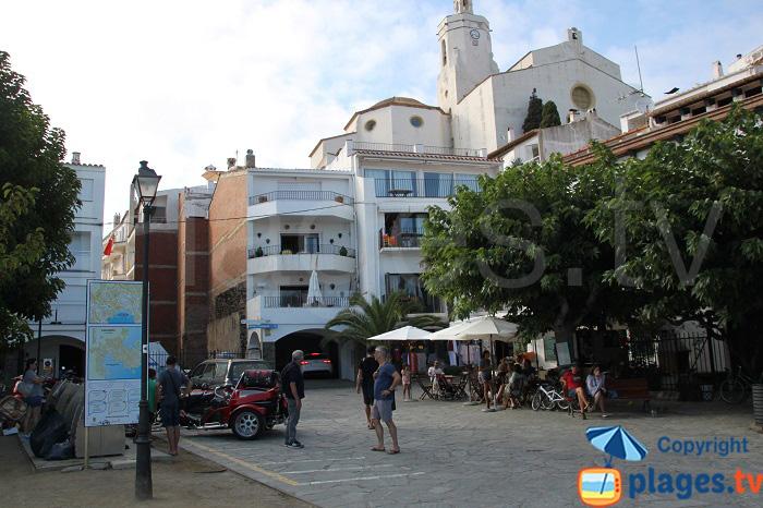 Place de Cadaquès avec vue sur l'église