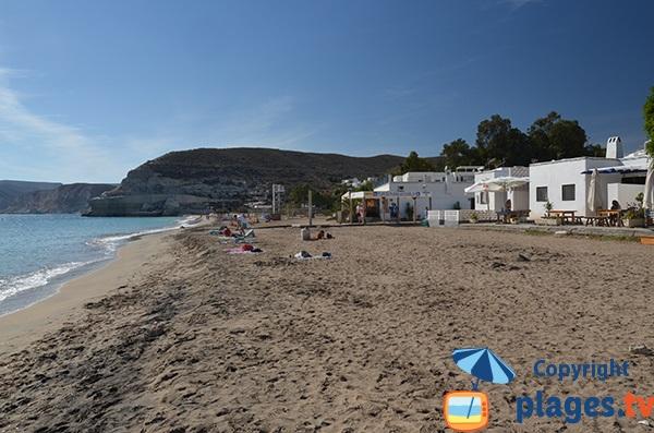 Grande plage dans le centre d'Agua Amarga - Espagne