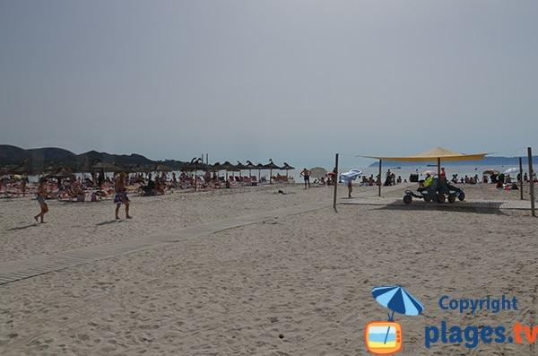 Accès pour les personnes à mobilité réduite sur la plage d'Alcudia - Baléares