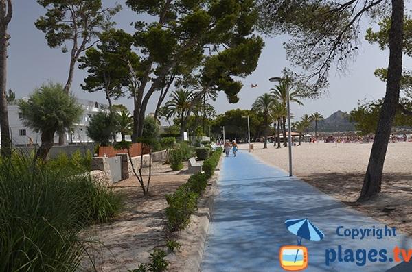 Promenade piétonne le long de la plage d'Alcudia