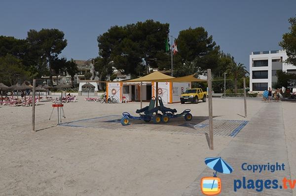 Poste de secours et tyralos sur la plage d'Alcudia