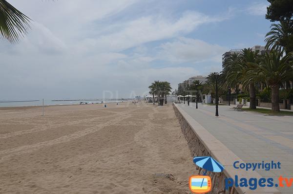 Promenade piétonne le long de la plage du centre de Benicassim - Espagne